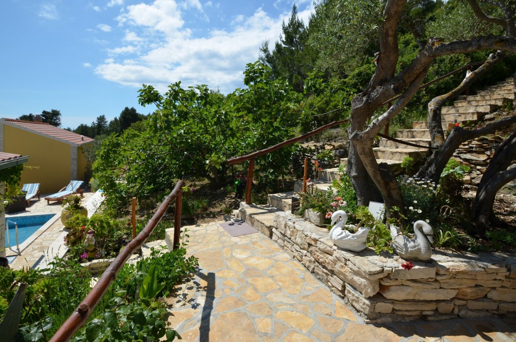 korcula-velaluka-holidayhome-paradise-topfloor-gardens-01