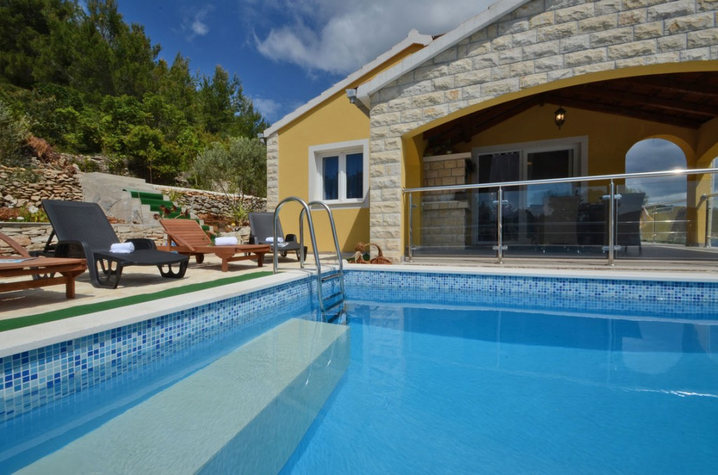 paradise-vela-luka-house-for-rent-pool-15