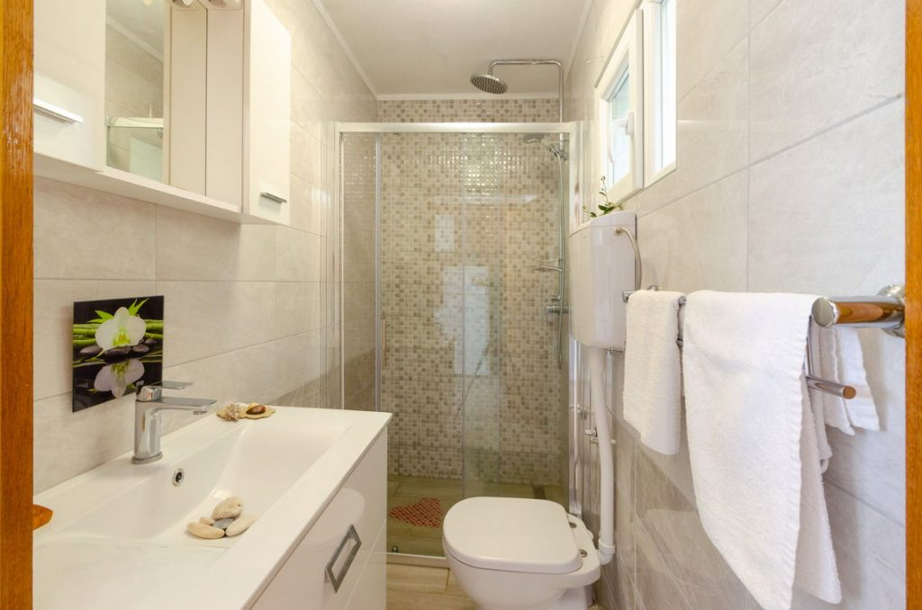 holiday-home-paradise-house1-groudfloor-bathroom-10-2018-pic-01