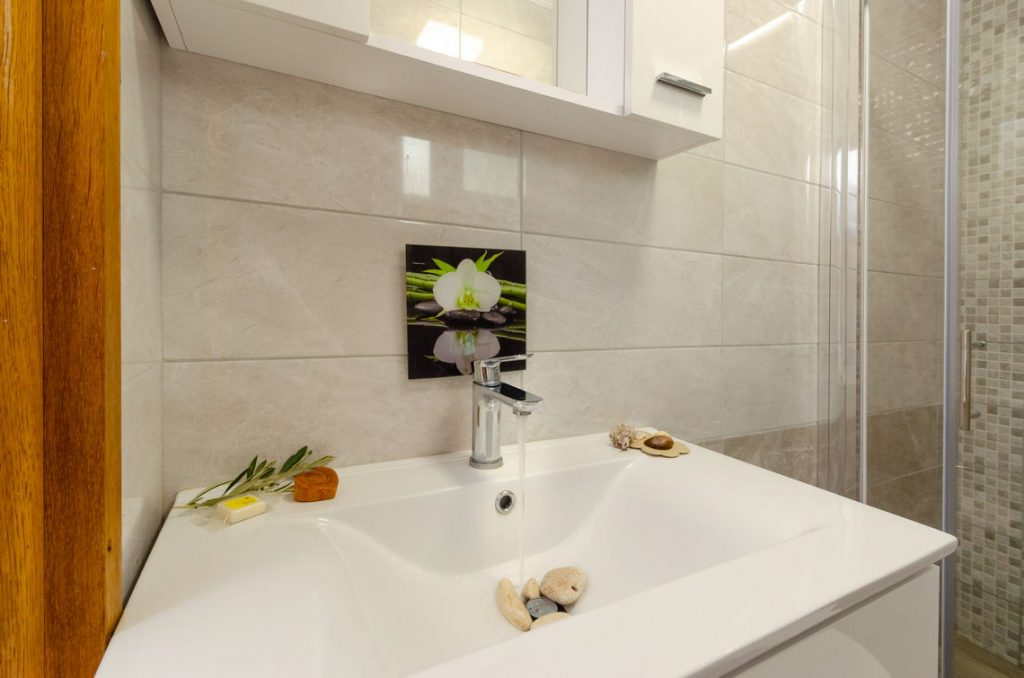 holiday-home-paradise-house1-groudfloor-bathroom-10-2018-pic-02