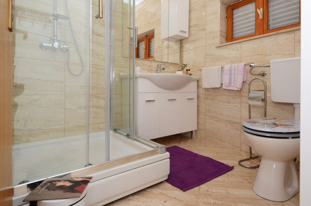 holiday-home-paradise-house1-topfloor-bathroom1-01