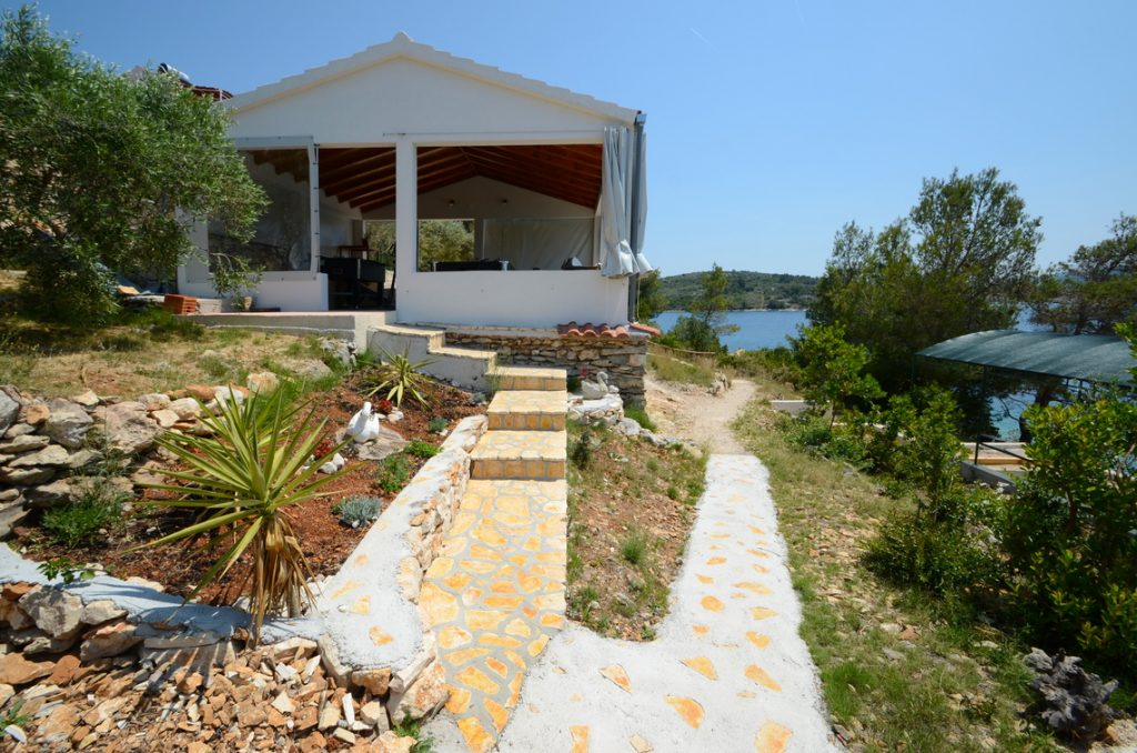 house-for-rent-vela-luka-paradise-game-lodge-exterior-05