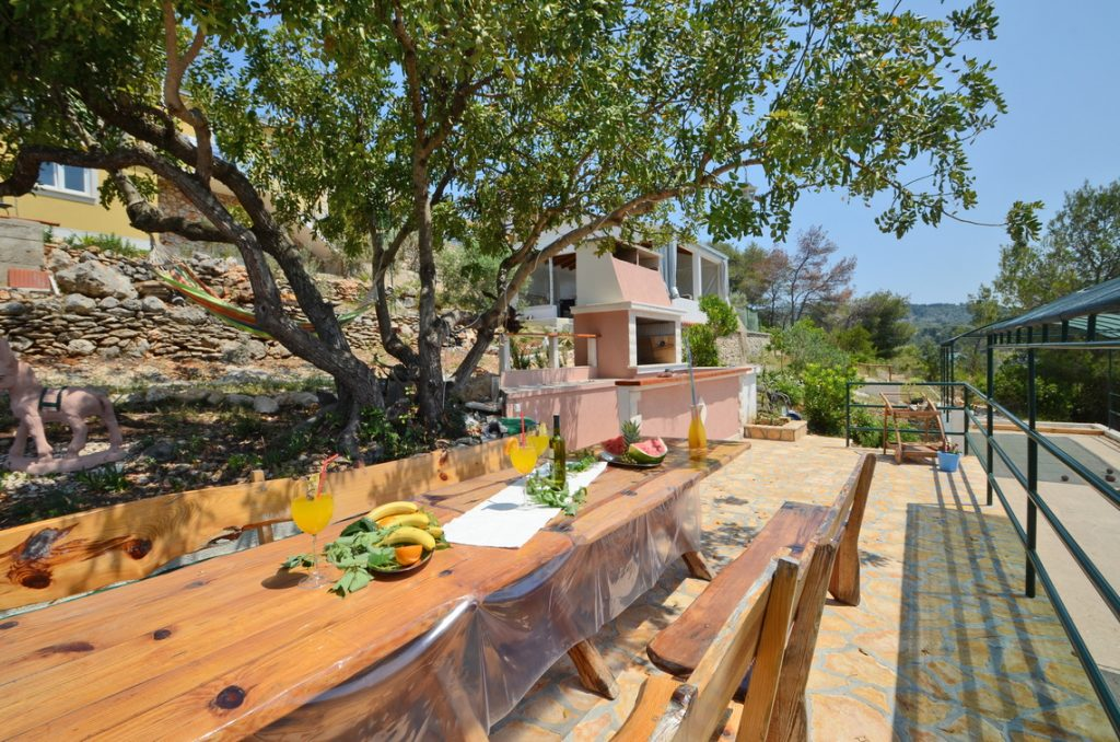 house-for-rent-vela-luka-paradise-grill-courtyard-02