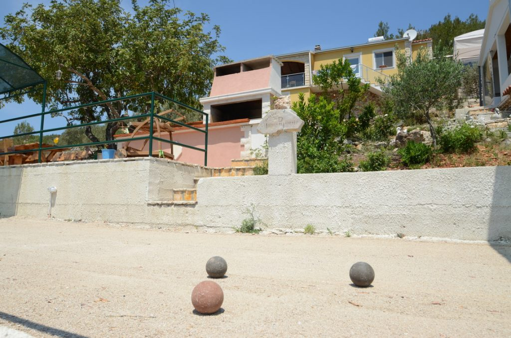 house-for-rent-vela-luka-paradise-shaded-boules-playfield-02